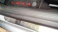 Seat Leon 1.4 Tgi DSG Connect: il battitacco in metallo distingue la versione Connect