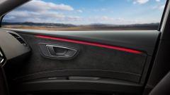Seat Leon Cupra: il pannello porta è rivestito da Alcantara con inserti in carbonio