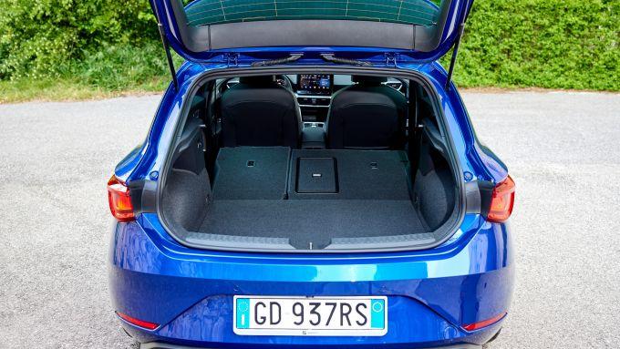 Seat Leon TGI 2021 FR a metano, il bagagliaio con i sedili reclinati