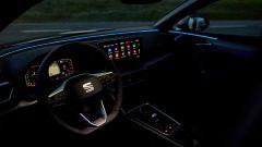 Seat Leon TGI 2021 FR a metano, la plancia by night con le luci ambient attive