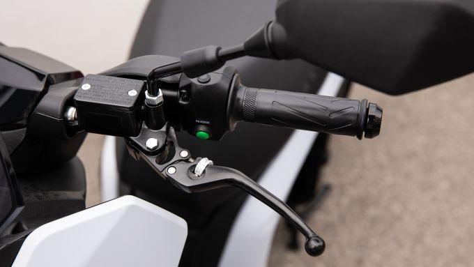 Seat Mò e-Scooter 125: le leve regolabili sono una rarità