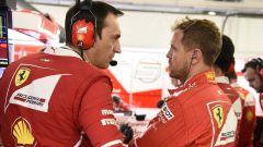 Sebastian Vettel a colloquio con gli ingegneri Ferrari