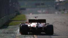 Sebastian Vettel affronta l'ultima curva della pista di Melbourne