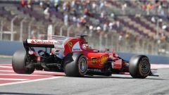 Sebastian Vettel alle prese con un problema meccanico alla fine della pit lane - GP Spagna F1 2017