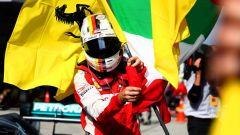 Sebastian Vettel esultante con la bandiera del Cavallino Rampante - GP Malesia