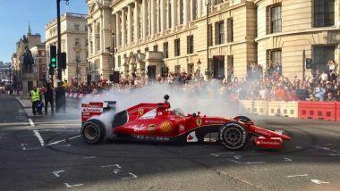 Sebastian Vettel impegnato nel London Fan Festival 2016 con la Ferrari
