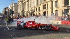 Sebastian Vettel impegnato nel London Fan Festival 2017 con la Ferrari