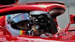 Sebastian Vettel poggia il volante della Ferrari SF90 sul'avantreno della sua monoposto