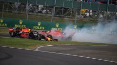 Sebastian Vettel su Ferrari spedisce Verstappen (Red Bull) fuori pista a Silverstone