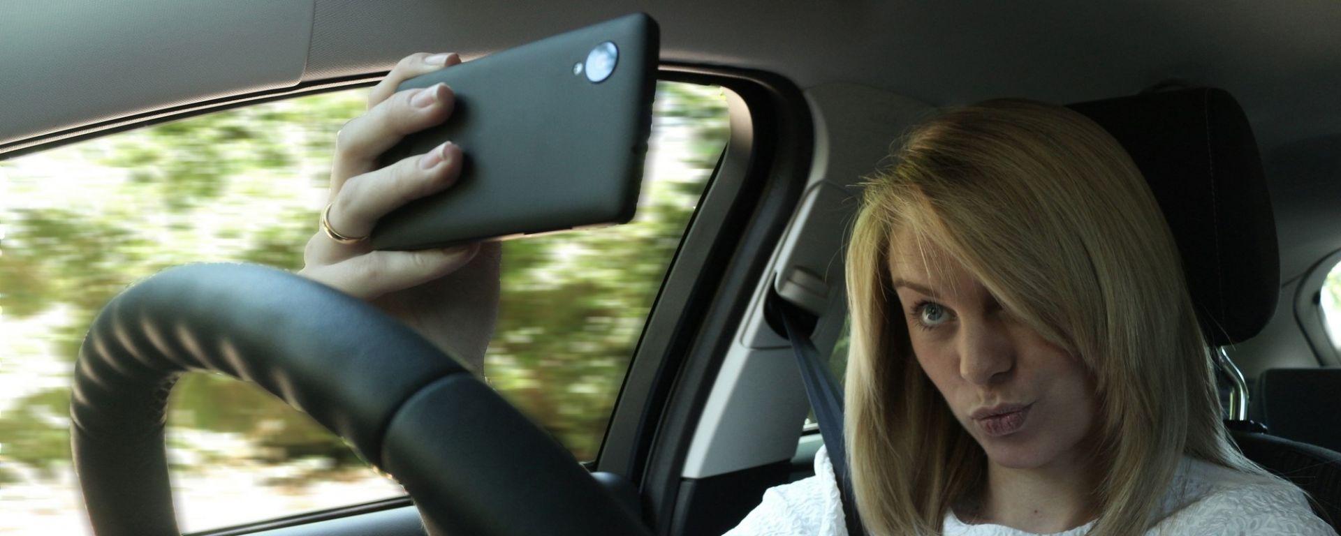 Selfie alla guida, occhio alla multa retroattiva