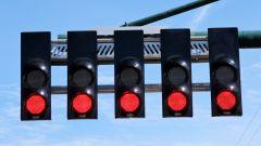 Semafori rossi in attesa dello spegnimento che darà il via al mondiale F1 2021