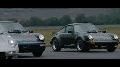 Sette generazioni di Porsche 911 Turbo, uno screenshot dal video della drag race