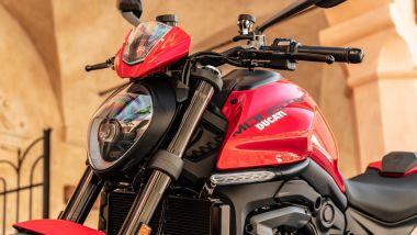 Sfida Naked medie: Ducati Monster +, dettaglio del faro anteriore