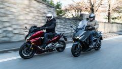 Sfida Yamaha T-Max 560 contro Honda Forza 750: i due scooter a confronto