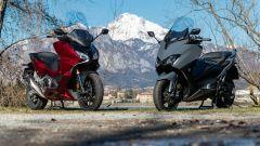 Sfida Yamaha T-Max 560 contro Honda Forza 750... No, quello non è il monte Fuji