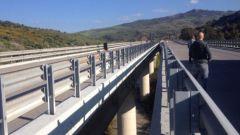Sicurezza stradale: un guardrail lungo un tratto autostradale in Italia