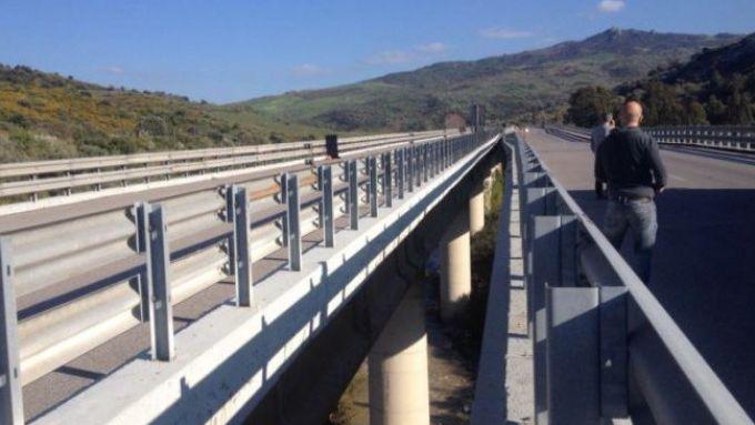Sicurezza stradale: un guardrail lungo un tratto autostradale italiano
