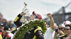 Simon Pagenaud beve il latte dopo il traguardo della Indy500 2019