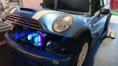 Simulatore di guida iRacing nella Mini Cooper S: il pc nel vano motore