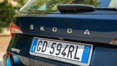Skoda Kamiq 1.0 TSI DSG Scoutline, la firma sul portellone