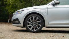 Skoda Octavia iV Wagon plug-in hybrid, la presa di ricarica è vicino alla ruota anteriore sinistra