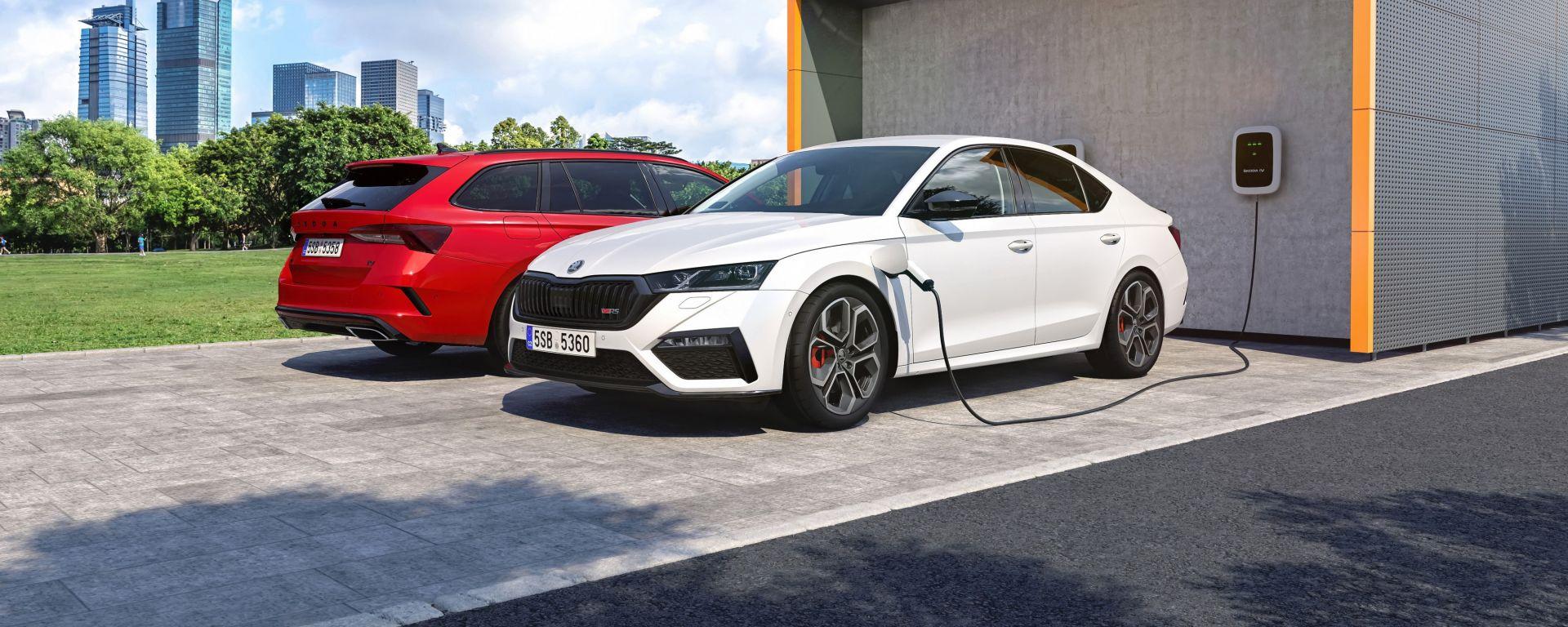 Skoda Octavia RS iV berlina e Wagon: le plug-in hybrid sportive in ricarica