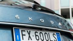 Skoda Superb Wagon 2.0 TDI DSG Style: al posto del logo centrale, oggi c'è il marchio scritto per esteso