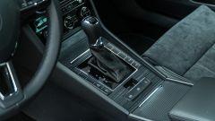 Skoda Superb Wagon 2.0 TDI DSG Style: il tunnel centrale con la leva del cambio DSG e alcuni tasti per il setup dell'auto