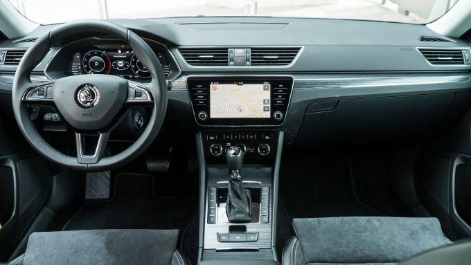 Skoda Superb Wagon 2.0 TDI DSG Style: l'abitacolo e la plancia con il touchscreen da 10,2''