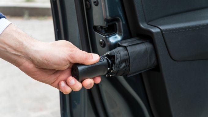 Skoda Superb Wagon 2.0 TDI DSG Style: l'ombrello pieghevole nel vano portiera lato guida