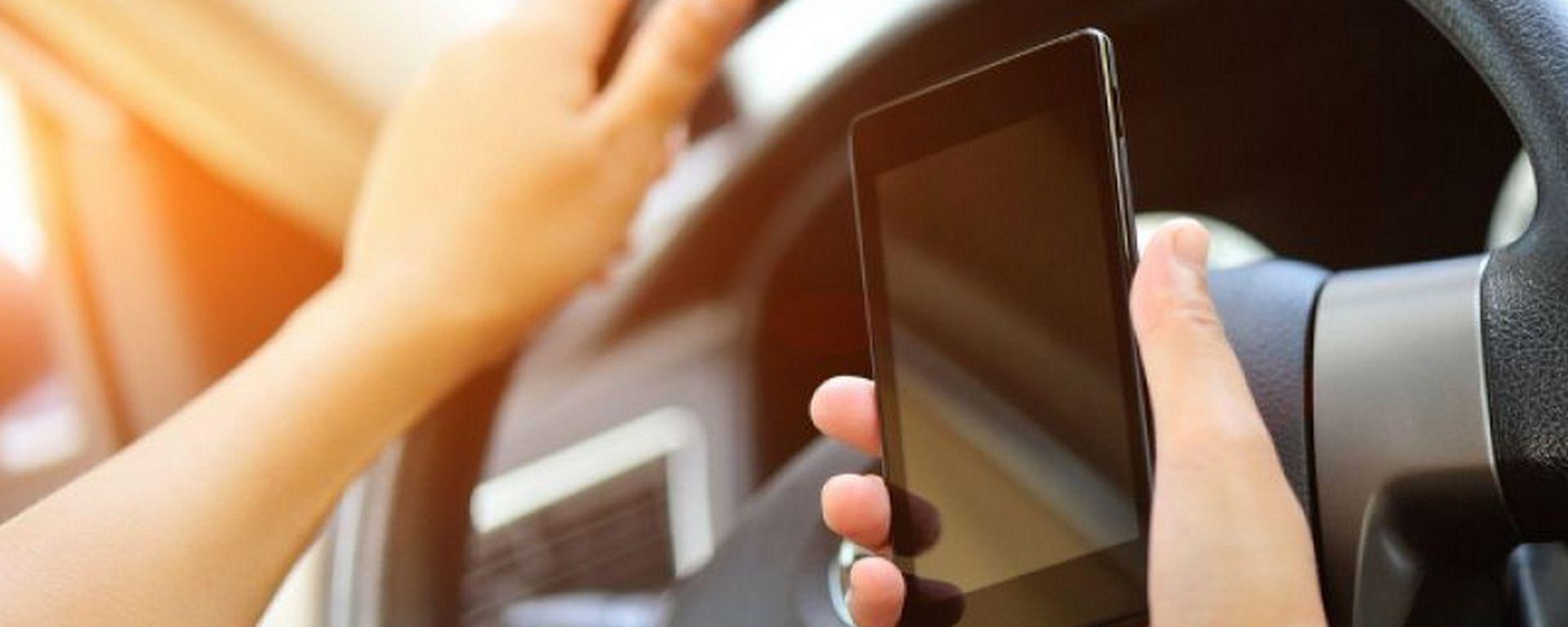 Smartphone alla guida: rischio -10 punti e 6 mesi di patente sospesa