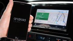 Smartphone in auto: nel 2017 sono state fatte il 20% di multe in più