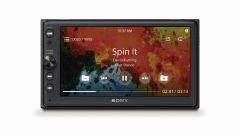 Sony XAV-AX100: il sistema di infotainment dispone di un monitor touch da 6,4 pollici