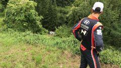 Sordo guarda sconsolato la sua Hyundai i20 - WRC 2017