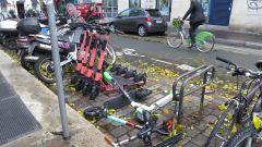 Sosta selvaggia di monopattini e bici, il Comune di Milano rimuoverà quelli in sosta vietata