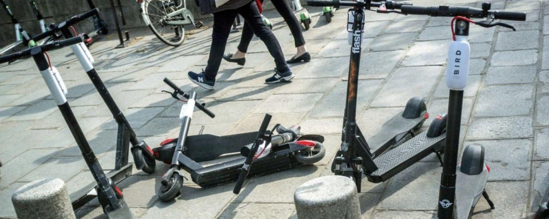 Sosta selvaggia di monopattini e bici: lo stop del Comune di Milano