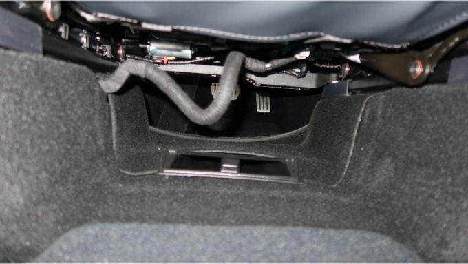 Sotto al sedile: coperte da tappezzeria le due staffe che rendono i sedili di Model Y in posizione più alta rispetto alla Model 3