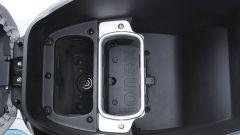 Sottosella e spazio per le batterie ricaricabili del Kymco i-One DX