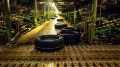 Stabilimento Nokian Tyres di Vsevolozhsk: gli pneumatici viaggiano su rulli trasportatori