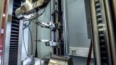 Stabilimento Nokian Tyres di Vsevolozhsk: il macchinario verifica la resistenza a trazione della gomma