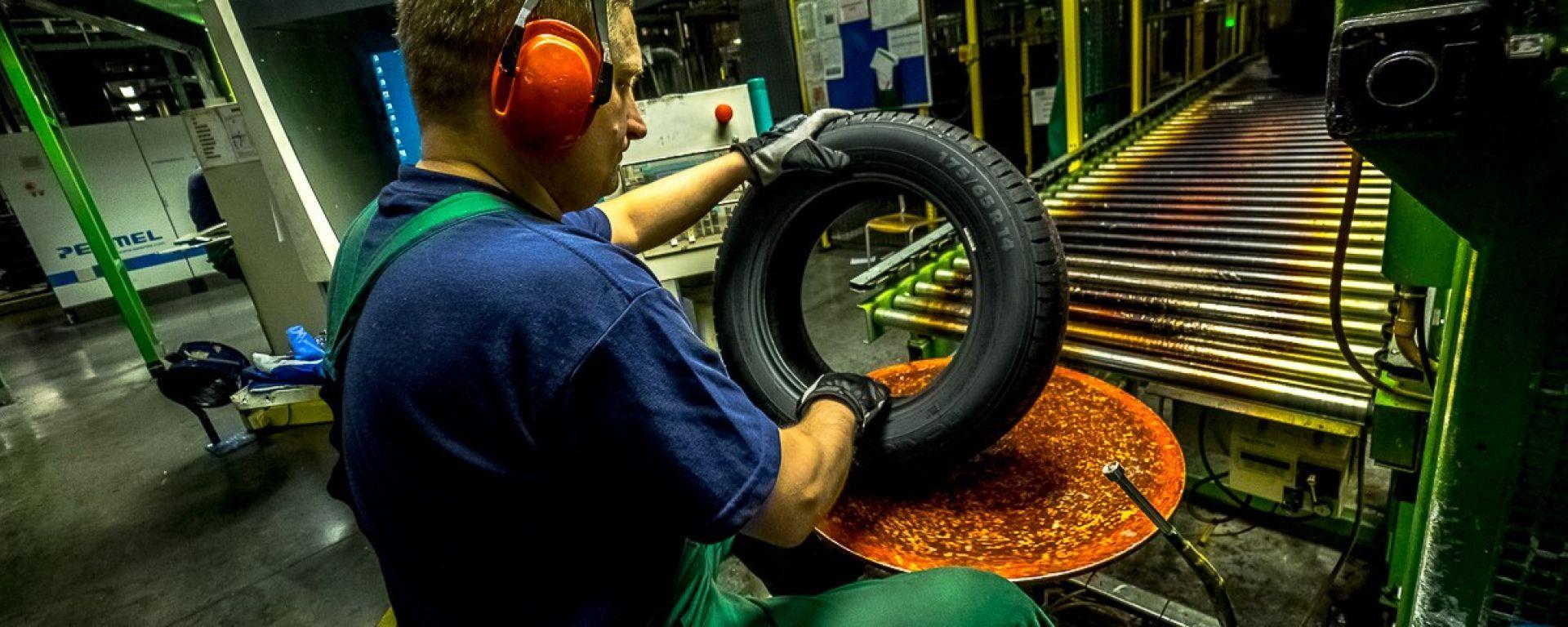Stabilimento Nokian Tyres di Vsevolozhsk: uno pneumatico viene ispezionato