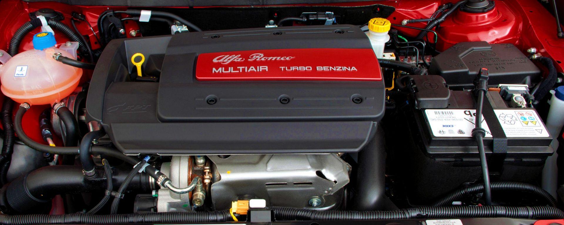 Staccare la batteria: a destra nel vano motore di un'Alfa Romeo Giulietta