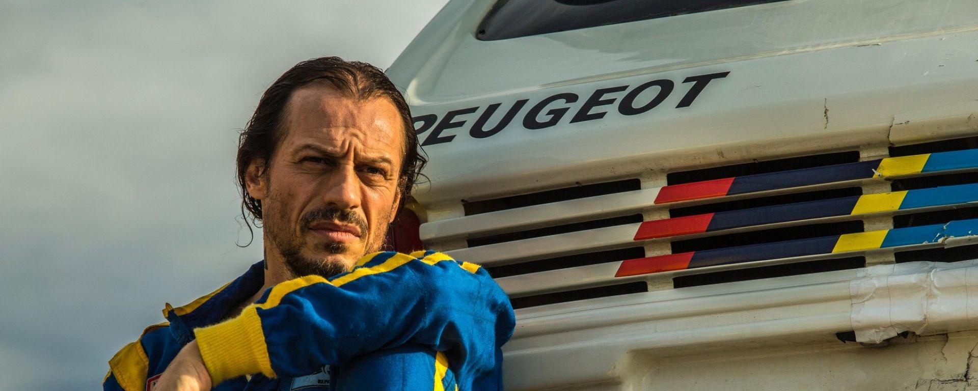 Stefano Accorsi va... Veloce come il vento sulla Peugeot 205 Turbo 16