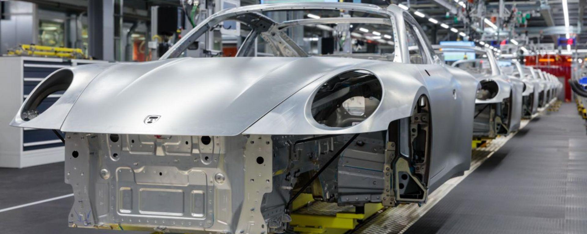 Stop della produzione anche per Porsche