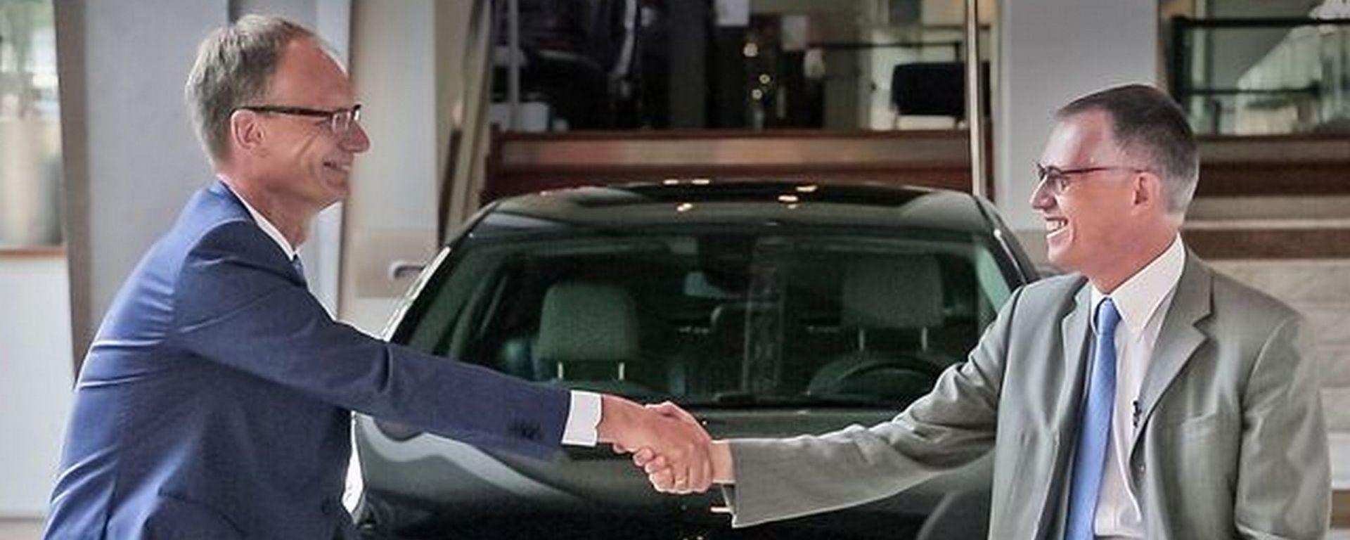 Stretta di mano tra il CEO di Opel Michael Lohscheller e il CEO di PSA Groupe Carlos Tavares
