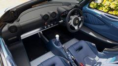 Sulla Lotus Elise 250 Special Edition c'è fibra di carbonio anche nei sedili sportivi, rivestiti in pelle blu scura o grigio scu