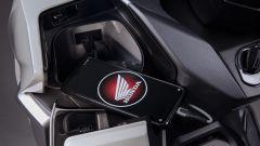 Sull'Honda Forza 350 2021 c'è la porta USB per ricaricare lo smartphone