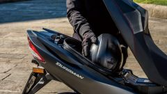 Suzuki Burgman 400: il vano sotto sella è di 42 litri