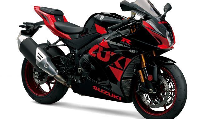 Suzuki GSX-R 1000: la colorazione italiana della supersportiva, a confronto con quella giapponese, è più rossa che nera, ma comunque bella