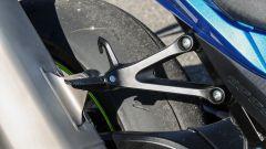 Suzuki GSX-R1000R 2018: le pedane del passeggero hanno ganci per fissare eventuali borse sul sellino posteriore